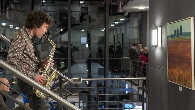 Achim Rinderle plays saxophone to the works of the painter Magdalena Willems-Pisarek